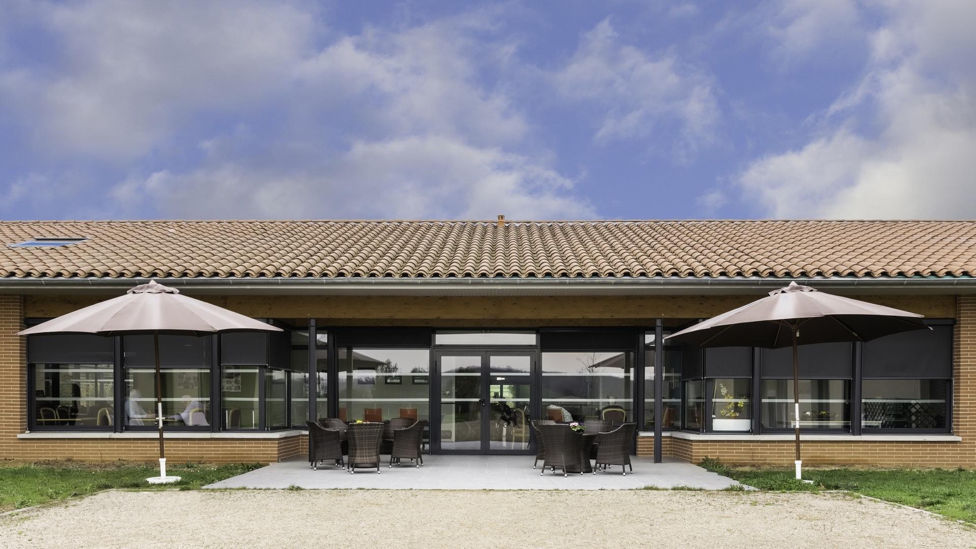 la-barbacane-exterieur-terrasse-min